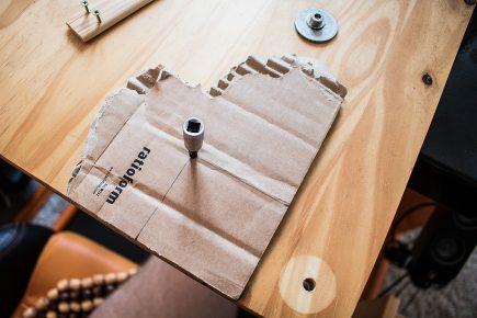 eine Schablone für das Loch der verbliebenen intakten Schraube im T500 RS